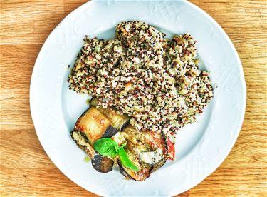 Auberginerolletjes met pesto en quinoa