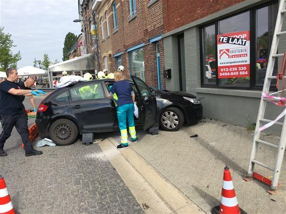 Brandweer bevrijdt vrouw uit auto