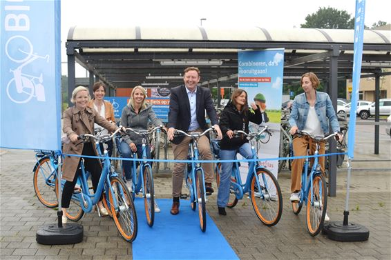 Deelfietsen van Blue-bike aan het station