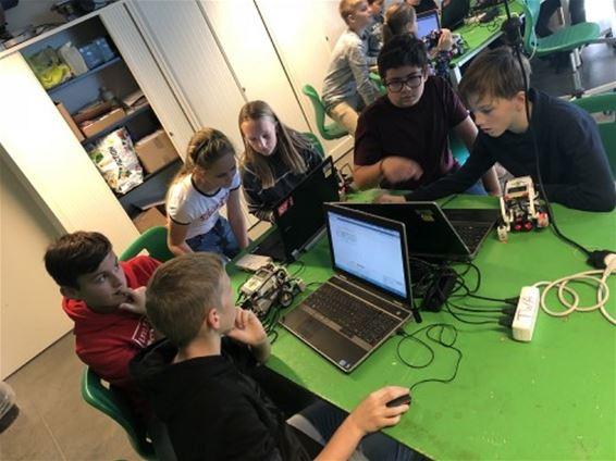 Leerlingen Agnetencollege bouwen robots