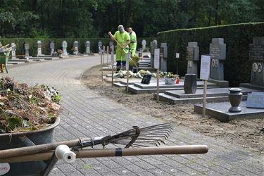 Najaarsschoonmaak op de begraafplaatsen